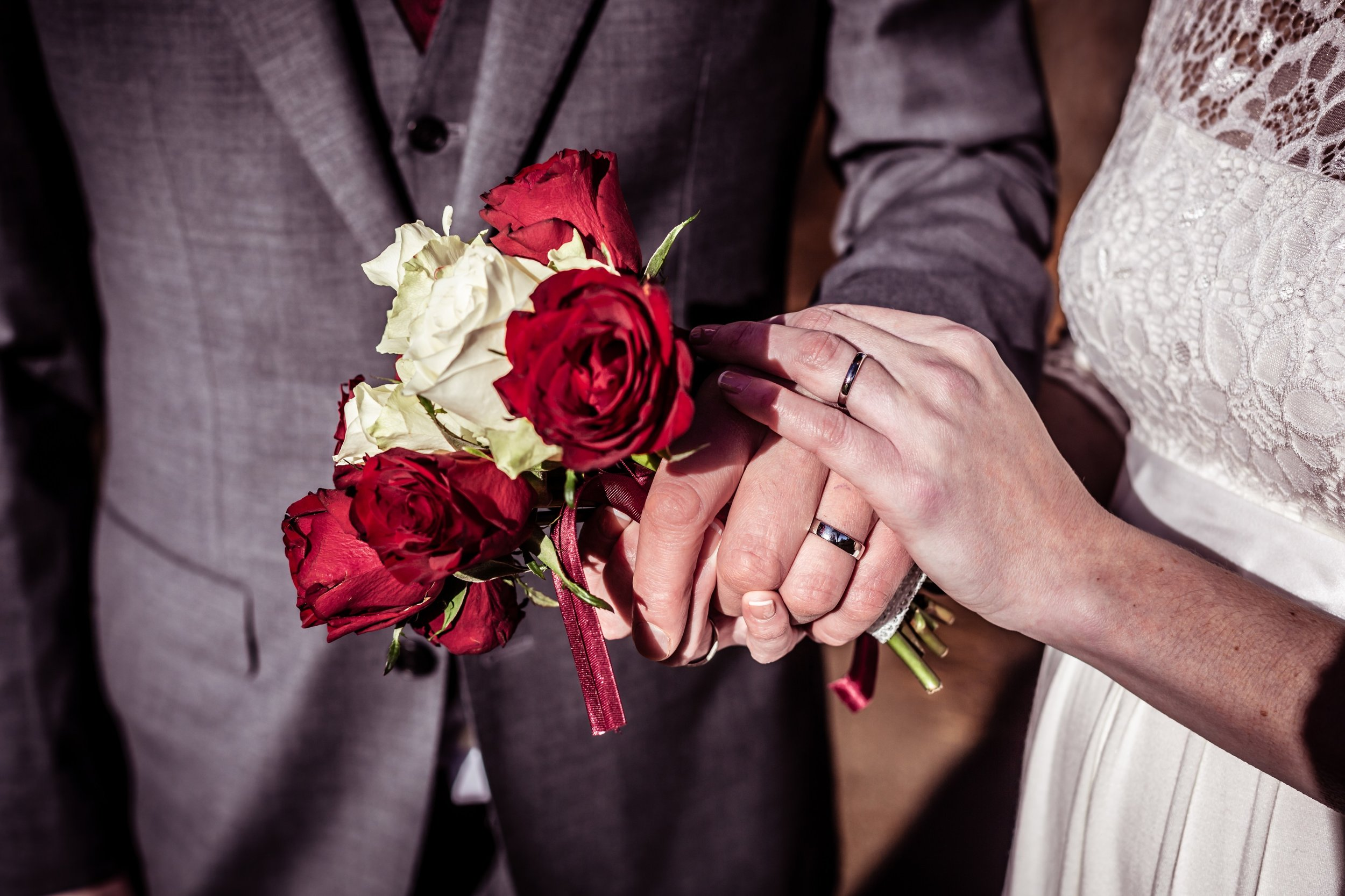 Mr&Mrs, just married, newlyweds, bride and groom, kettering, fotovida wedding photography, wedding rings, bouquet
