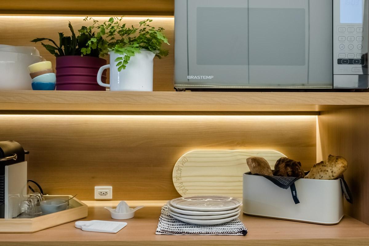 macroarq_arquitetura_interiores_projeto_reforma_apartamento_sao_paulo_cozinha_compacta_armario_de_cozinha_branco_e_madeira_com_fita_de_led_decoração_prateleiras.jpg