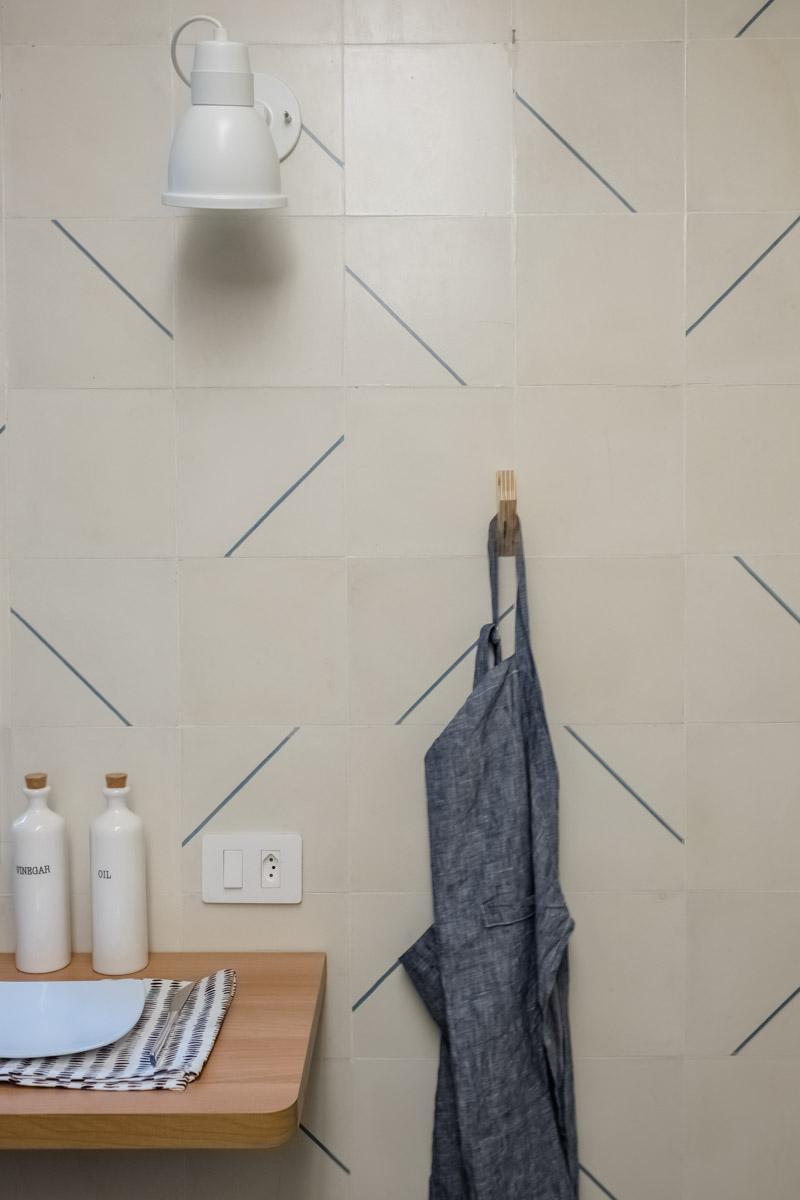 macroarq_arquitetura_interiores_projeto_reforma_apartamento_sao_paulo_cozinha_compacta_bancada_retratil_detalhe_pendurador_ladrilho_hidraulico_luminaria_de_parede.jpg