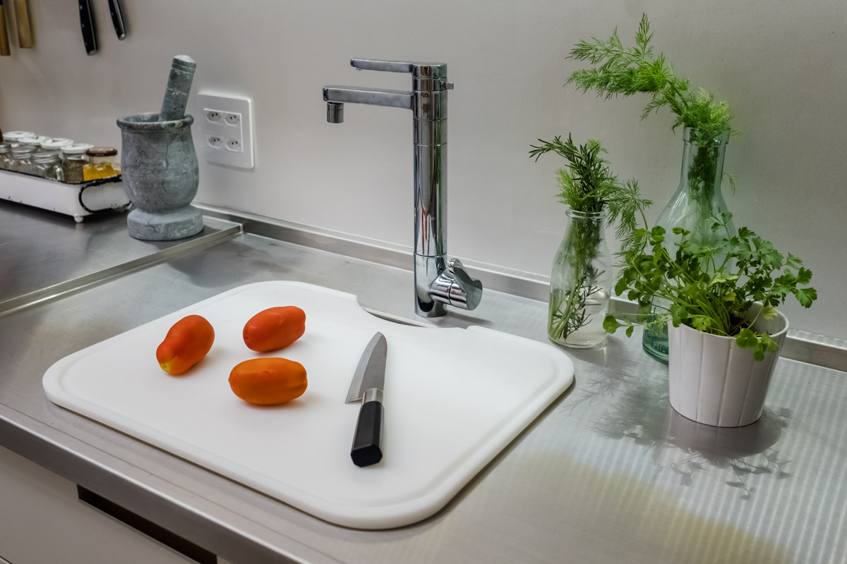 macroarq_arquitetura_interiores_projeto_reforma_apartamento_sao_paulo_cozinha_pia_em_inox_detalhe_cuba_torneira_monocomando.jpg