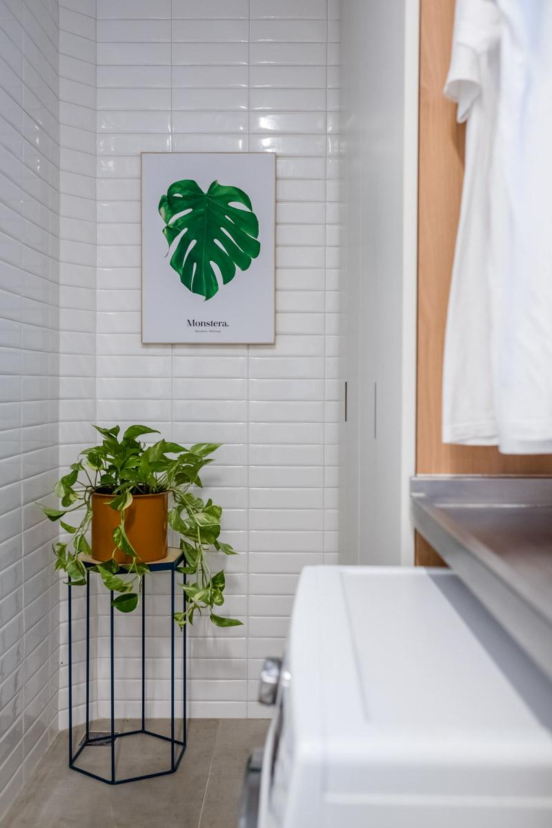 macroarq_arquitetura_interiores_projeto_reforma_apartamento_sao_paulo_lavanderia_iluminada_pia_em_inox_azulejo_branco_liverpool_branco_lavanderia_com_plantas.jpg