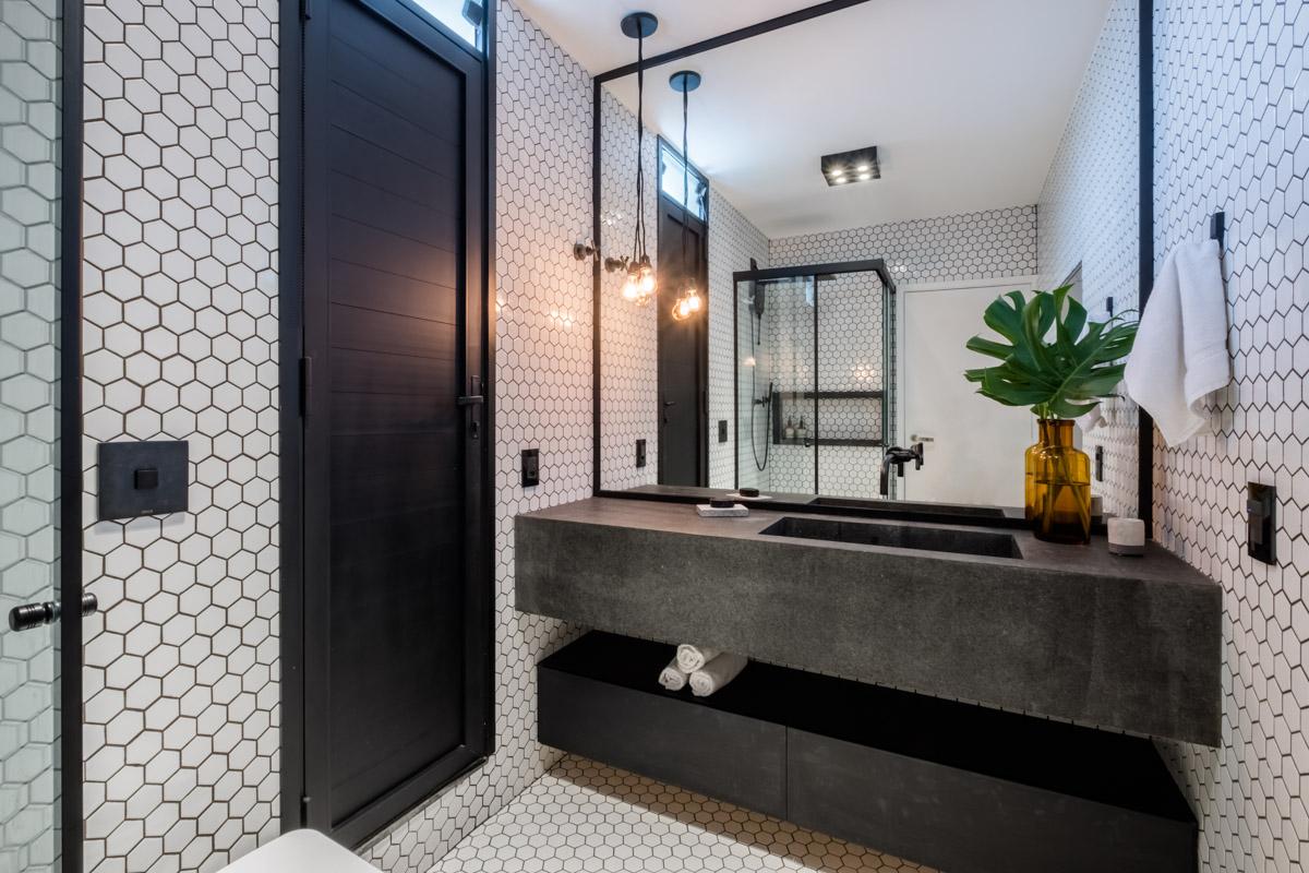 macroarq_arquitetura_projeto_interiores_moema_sao_paulo_cobertura_anapurus_banheiro_azulejo_hexagonal_bancada_de_concreto_pia_esculpida_espelho_metais_pretos.jpg
