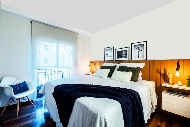 O projeto é definido principalmente pela cabeceira da cama de casal em lambril de madeira cumaru e os criados-mudos brancos. - GOSTOU DESSA IDEIA?
