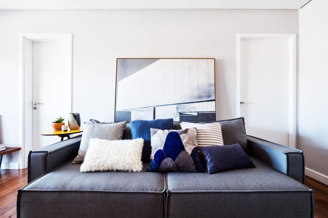 macroarq_arquitetura_interiores_projeto_reforma_apartamento_sao_paulo_sala_de_estar_clara_iluminada_piso_taco_decoração_com_quadros_sofa_retratil (1).jpg