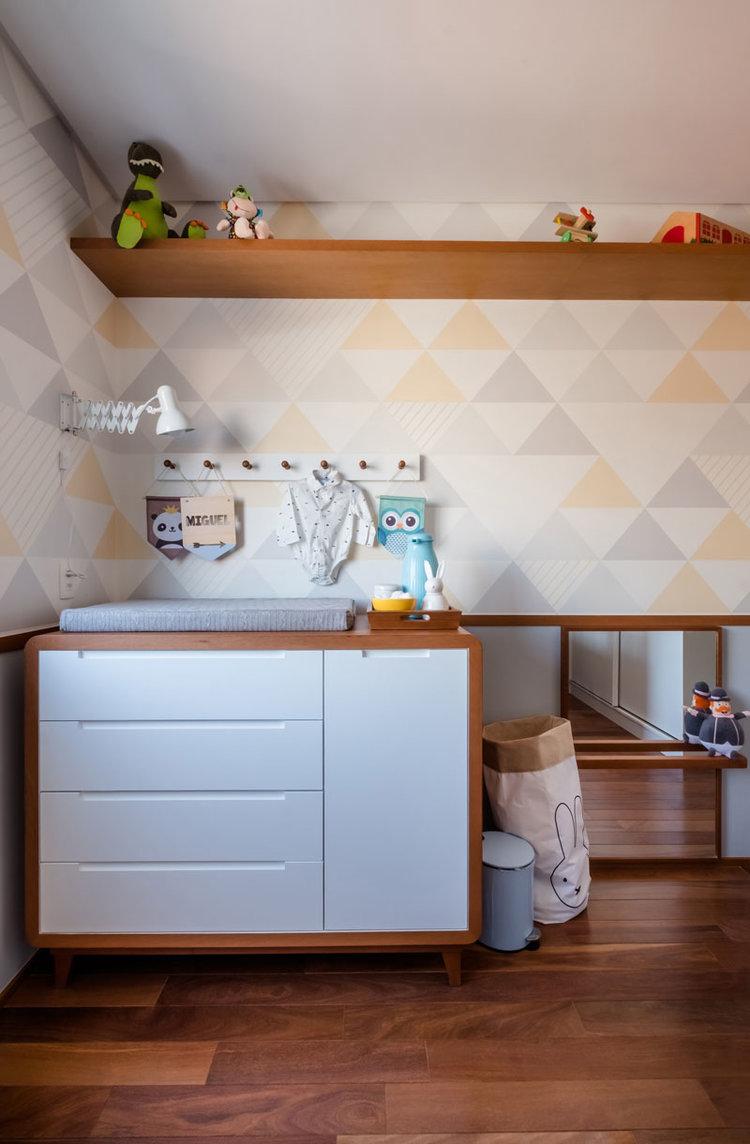 macroarq_arquitetura_interiores_projeto_reforma_apartamento_sao_paulo_quarto_de_bebe_decoração_infantil_papel_de_parede_trocador_piso_de_madeira_roda_meio_espelho_inf.jpg
