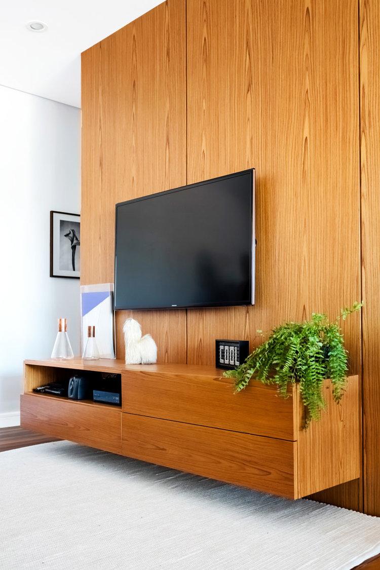 Em conjunto com o painel de madeira foi projetado um rack suspenso do mesmo material do painel. - GOSTOU DESSA IDÉIA?