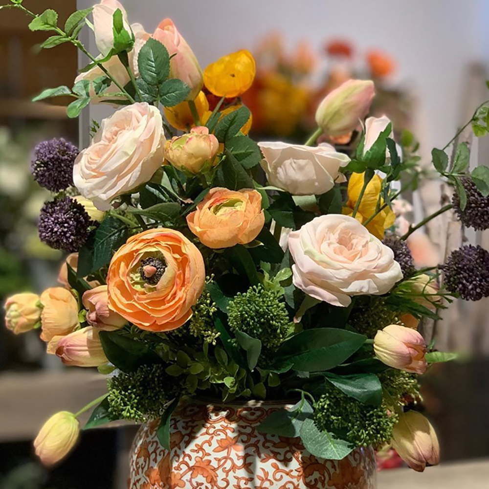 CUSTOM DESIGNS   BRING FLEURI'S SIGNATURE AESTHETIC INTO ANY SPACE, WITH CUSTOM CONTAINER WORK FEATURING OUR EXTRAORDINARY COLLECTION OF CAREFULLY-SOURCED PERMANENT STEMS. CUSTOM DESIGNS CAN BE CREATED WITHIN 5-7 DAYS, WITH RUSH SERVICES AVAILABLE FOR AN ADDITIONAL FEE.