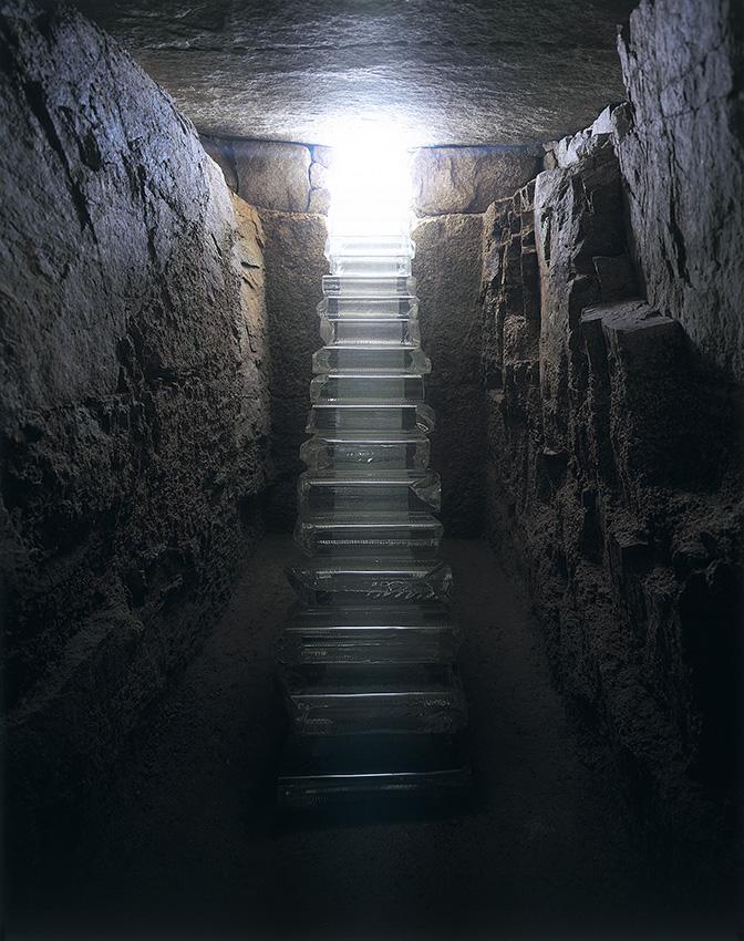 石室内部。光学ガラスの階段を通じて光が差し込む。