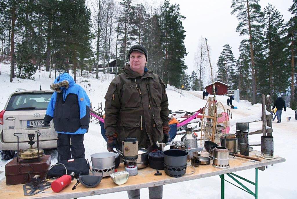 Retkinikkarin leirissä esittelin erilaisia keittimiä ja kaikenlaisia retkeilyvälineitä. Primukset ja risukeittimet ovat pöydällä sulassa sovussa.