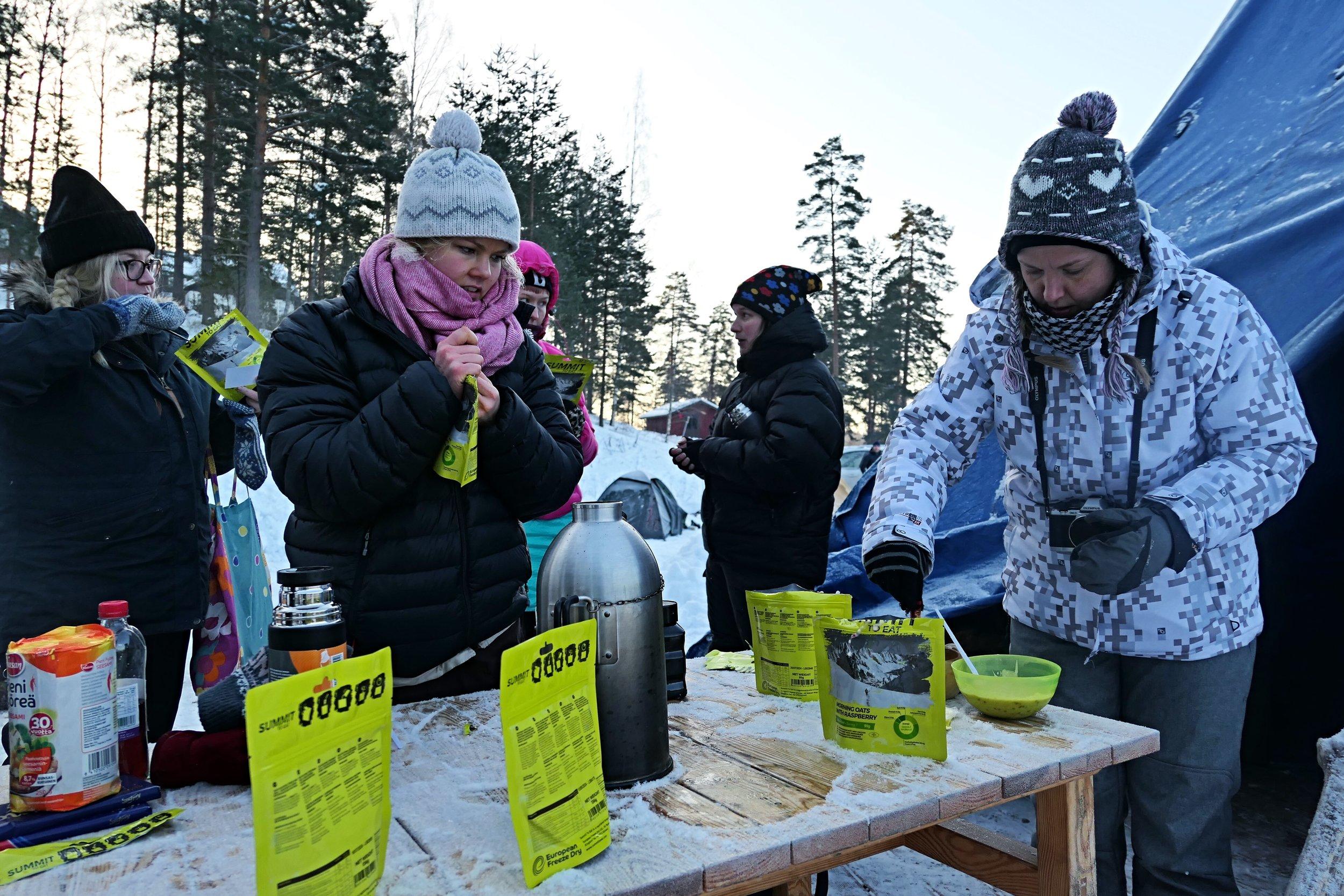 Aamu kokosi myös Suomen Erätaito ry:n vieraina olleet bloggarit aamupalalle. Hawu-teltoissa viettyn lämpimän yön jälkeen maistui Summit to Eatin marjoilla höystetty aamupuuro.