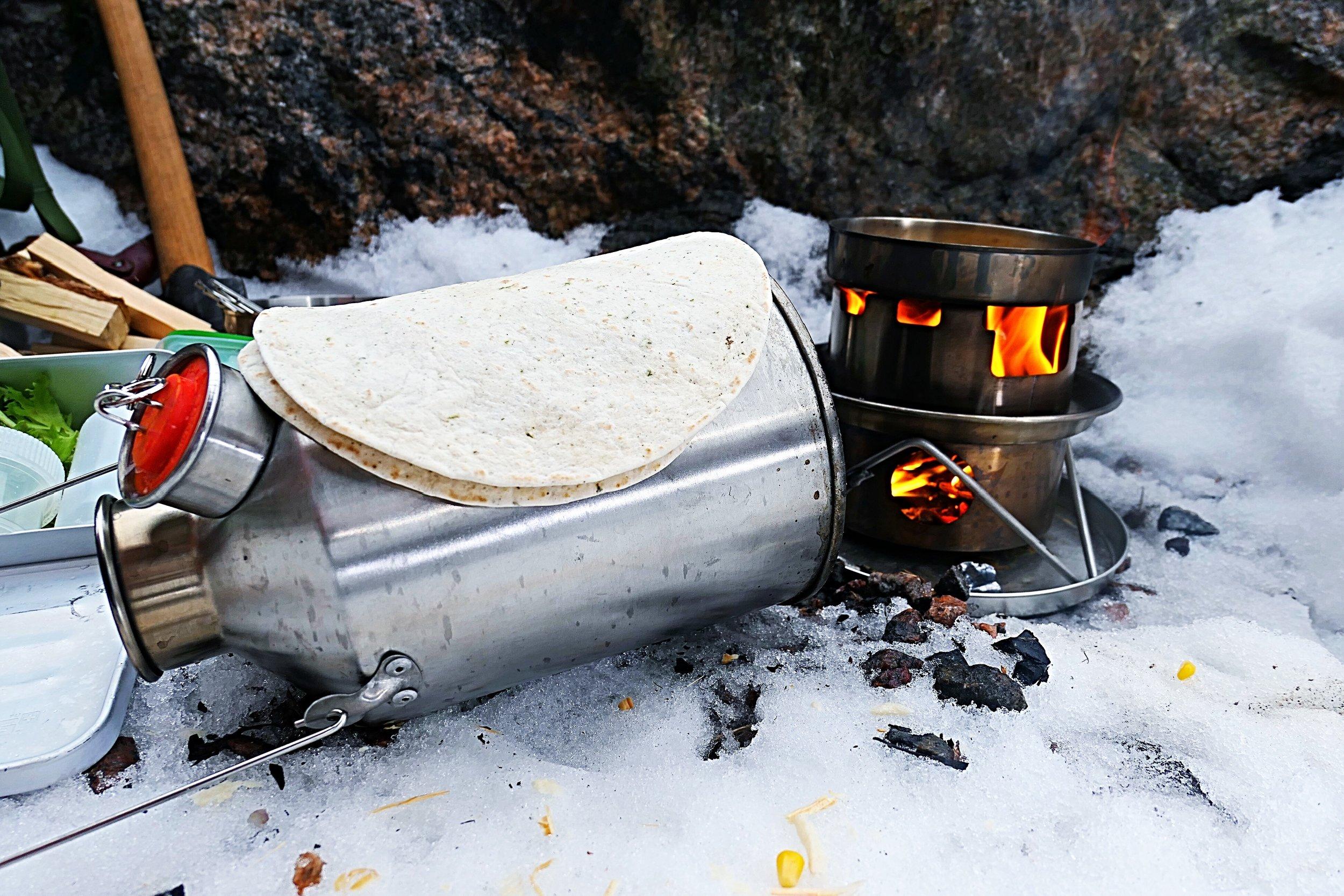 Tortilla lämpenee Kelly Kettlen kuumalla kyljellä.