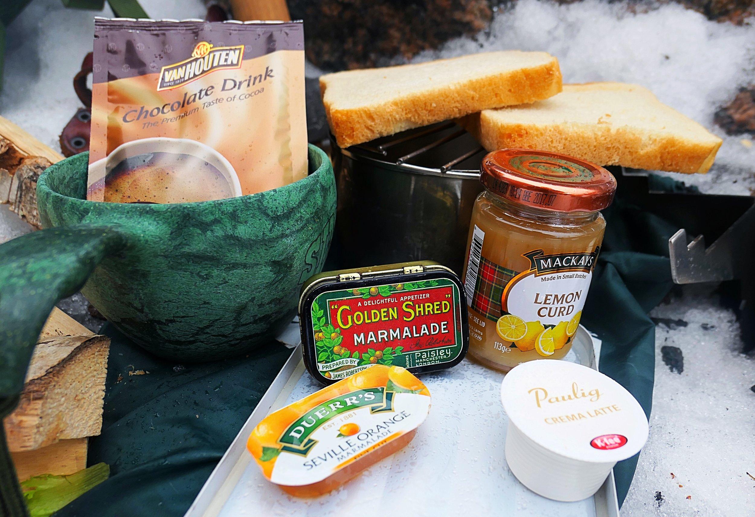 Briteistä hankittu retrorasia on nyt tarpeen, kun siellä kuskataan hotellin aamupalalta jäänyttä marmeladipakettia. Mutta mitä tehdään metsässä kahvikoneen kapselilla?