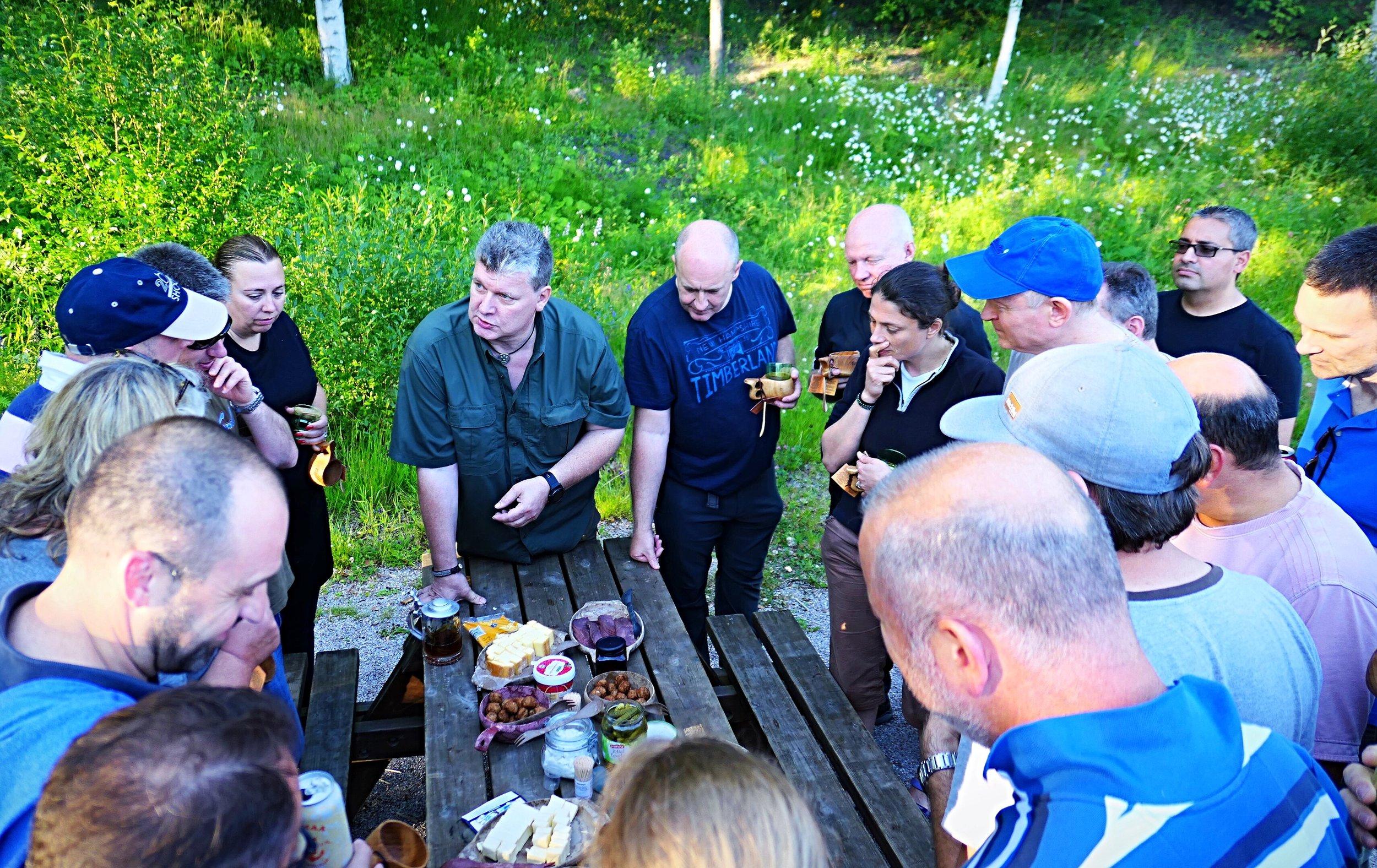Maistatin parikymmenelle britille suomalaisoluita viime kesänä. Juomien välillä naposteltiin suolaisia herkkuja pöydästä, jonka teema oli Nordic Tapas.