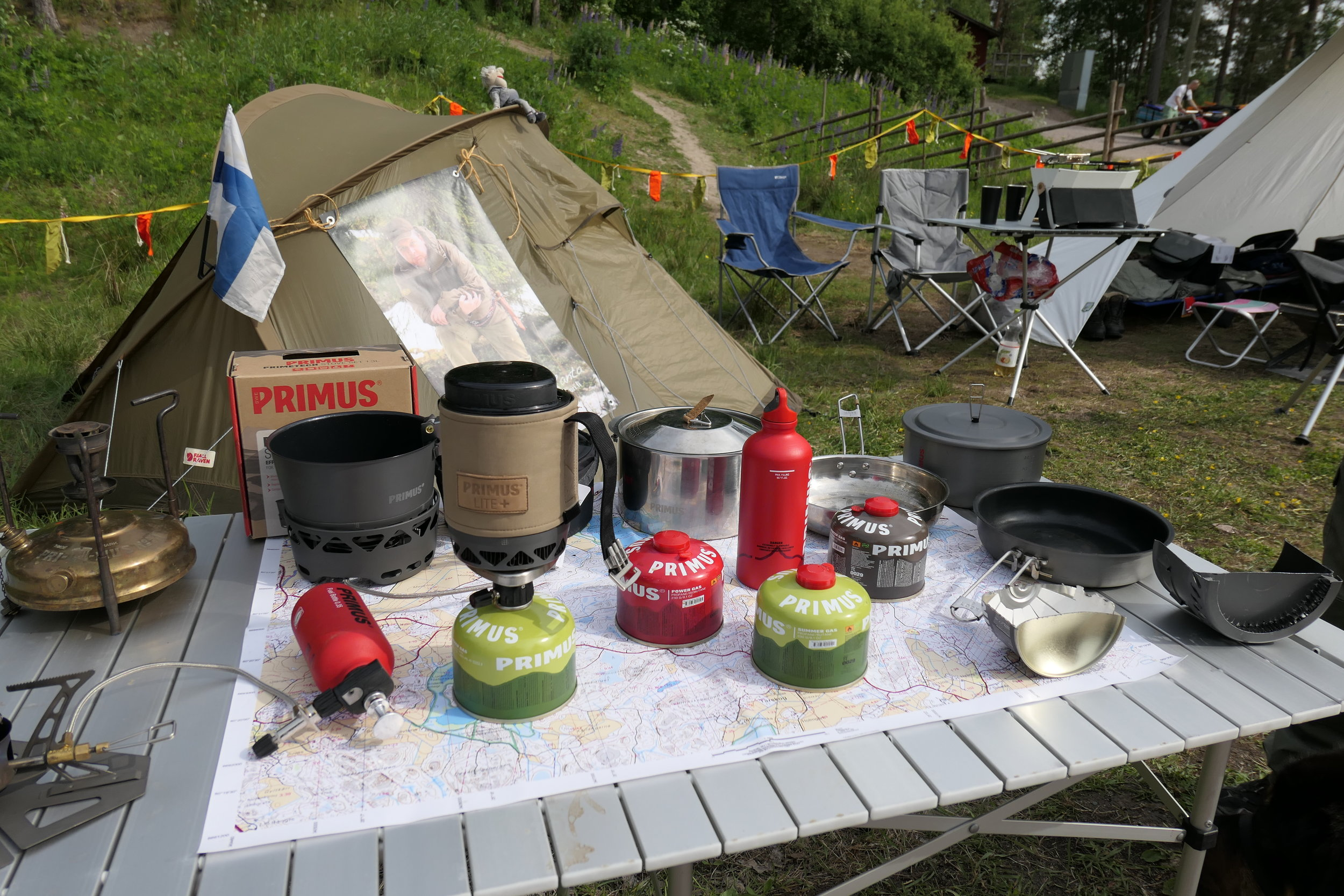 Retkinikkarin leirissä esitellään retkeilyvälineitä