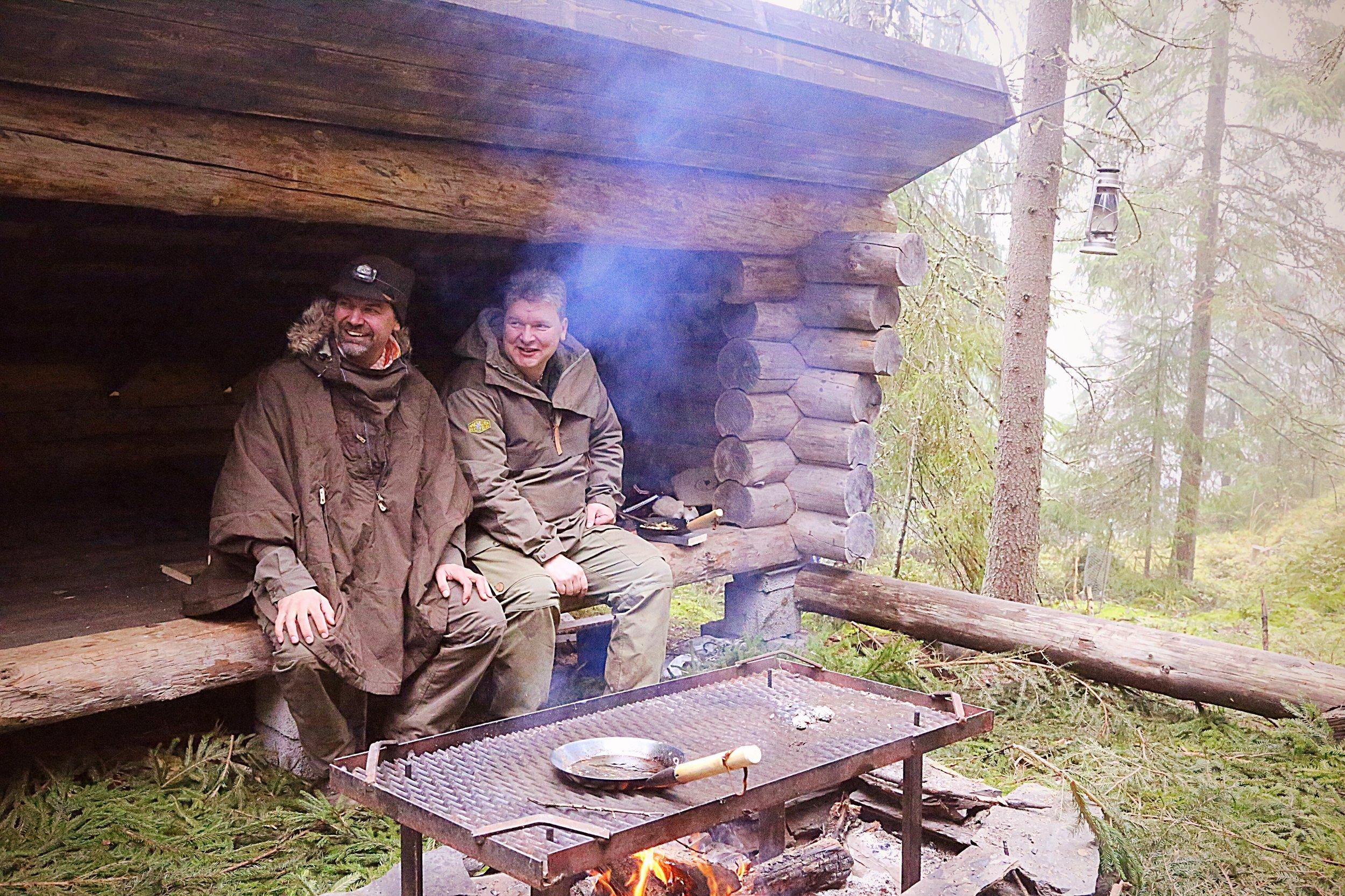Johan Skullman ja Joppe Ranta laavutukikohdassa eteläisessä Suomessa.