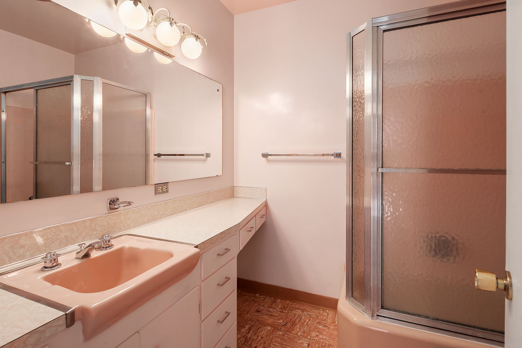 Mid-century bathroom in Bellingham