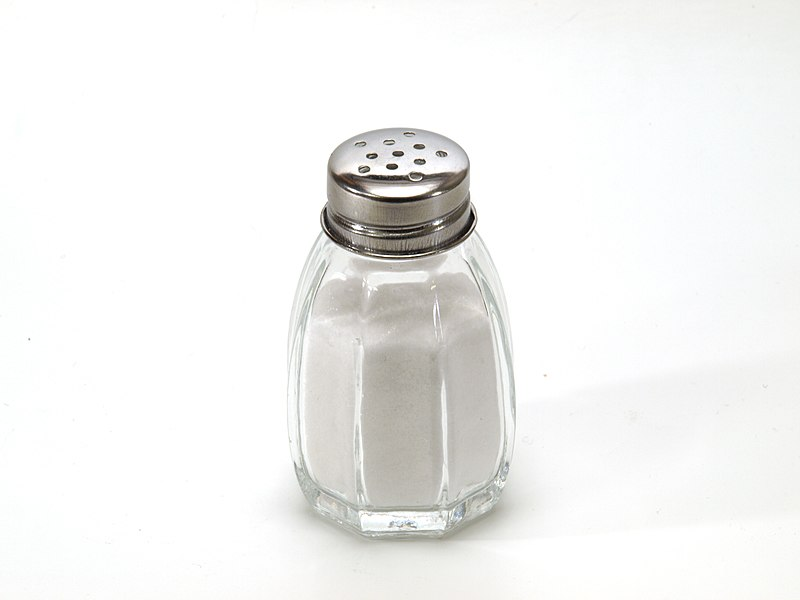 800px-Salt_shaker_on_white_background.jpg