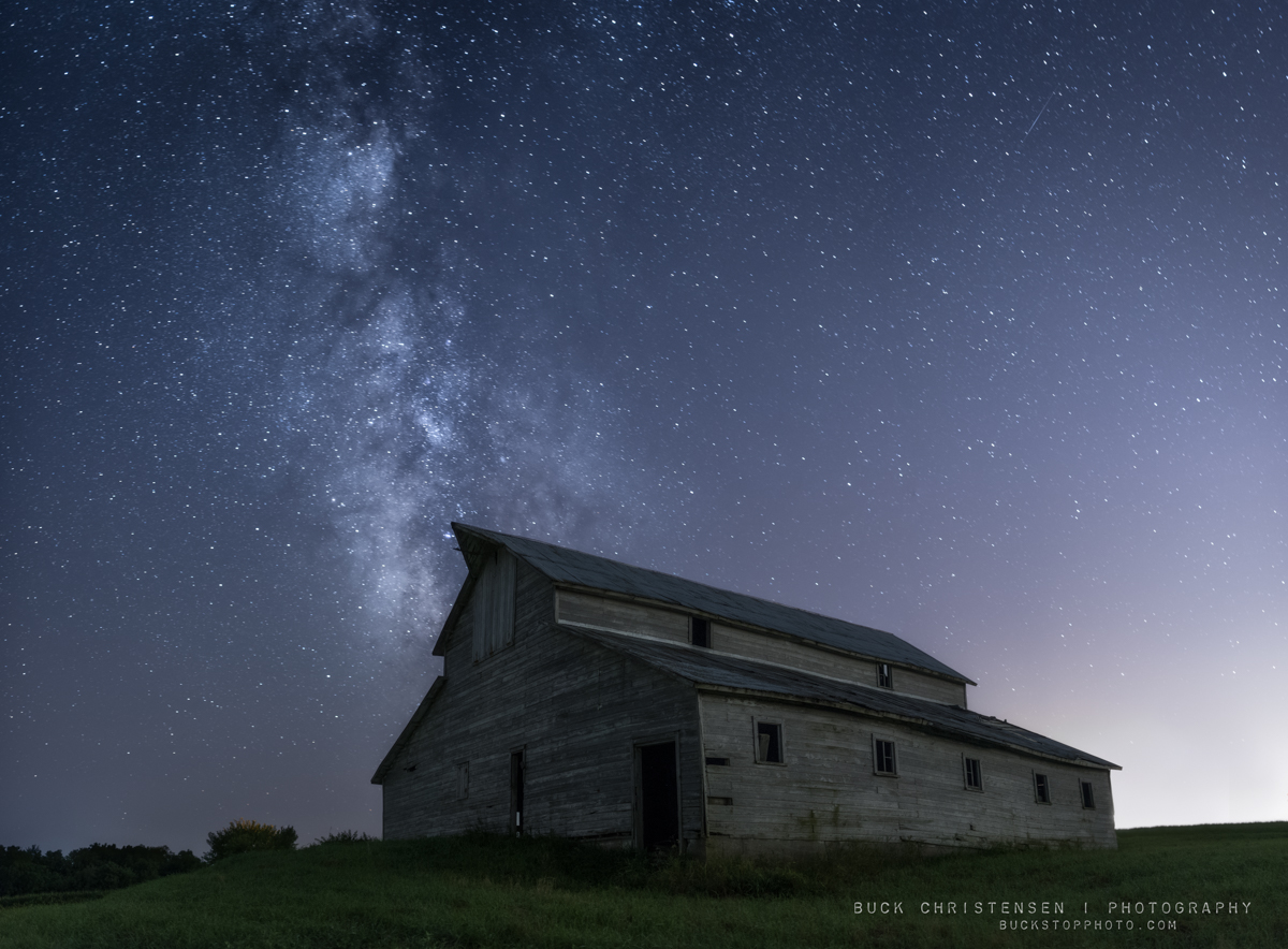 Barn and Milky Way in rural Iowa.