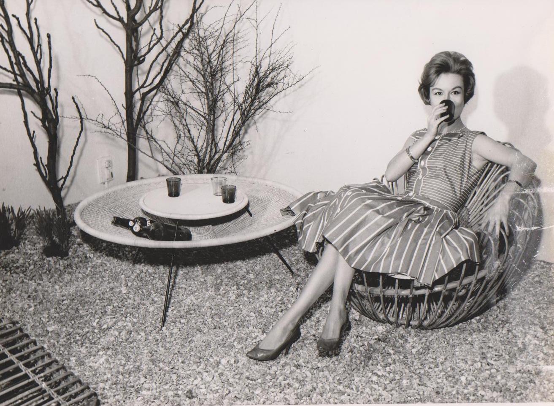Janine Abraham assise sur le fauteuil Soleil