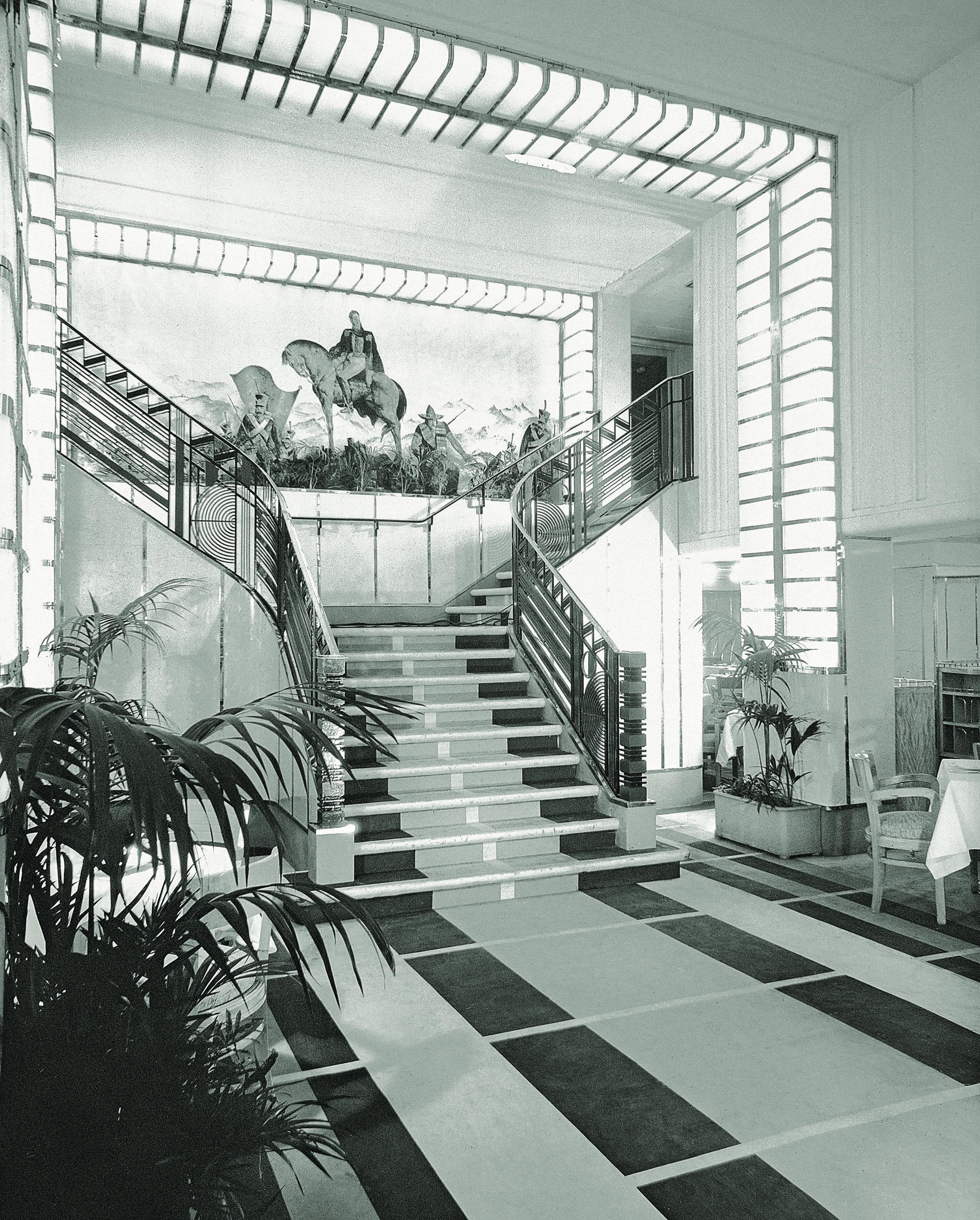 Paquebot Colombie, 1931. Grand escalier à double révolution dans la salle à manger –French Lines