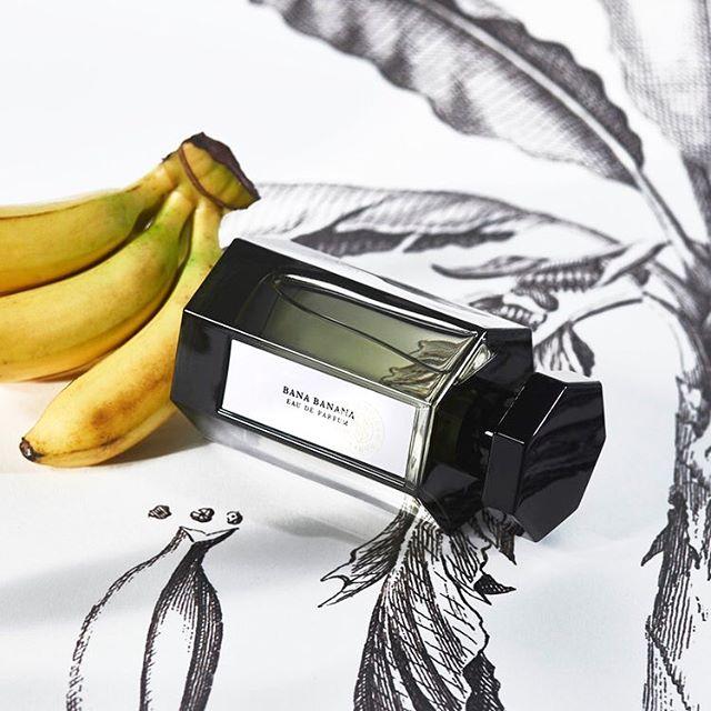 [article découverte]  Dans le monde très feutré de la parfumerie, rares sont les maisons qui osent. Avec son dernier opus : Bana Banana, l'Artisan Parfumeur signe un jus aussi étonnant que chaleureux. Pour en savoir plus sur cette fragrance originale rendez vous sur Snobismes.com  @lartisanparfumeur #parfum #artisanparfumeur #banane #banana #perfume #fragrance #snobismes #frenchmagazine #banabanana