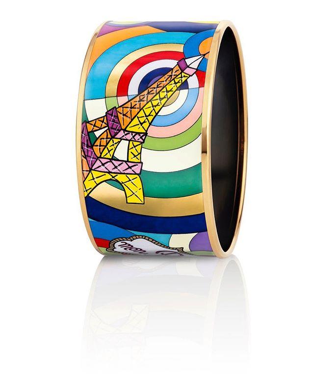 [new article] Quand @freywille célèbre Paris.✨✨✨✨✨✨✨✨✨✨✨✨ Voici 65 années que la maison Freywille s'emploie, depuis Vienne, à la création de bijoux en émail.  Des créations artisanales, dessinées à la main, et figées grâce à une méthode de cuisson tenue secrète.  La maison qui aime à rendre hommage aux grands de ce monde (Hommage à Vincent van Gogh, Claude Monet, Gustave Klimt) a choisi de célébrer Paris. Pour en savoir plus rdv sur snobismes.com (lien dans la bio) ✨✨✨✨✨✨✨✨✨ #Paris #joallerie #jewelry #jewellery #luxe #hommage #snobismes #frenchmagazine