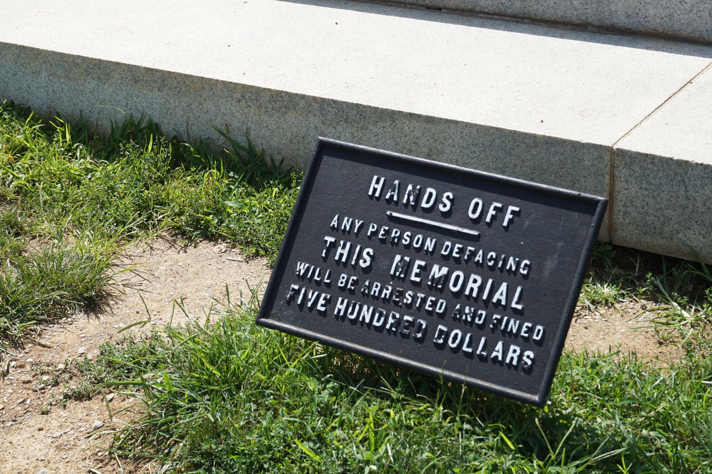 A word of warning below the Robert E. Lee statue.