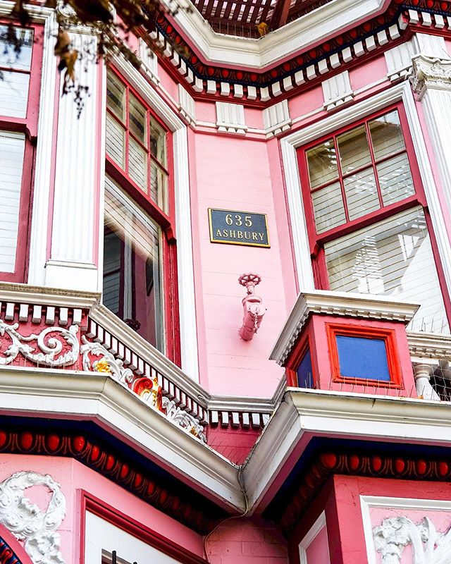 Dear Whoever currently owns Janis Joplin's former home, Thank you for painting it pink. Sincerely, Moi. ⠀⠀⠀⠀⠀⠀⠀⠀⠀ ⠀⠀⠀⠀⠀⠀⠀⠀⠀ #theprettycities #alwayssf #nowrongwaysf #streetsofsf #facadelovers #mytinyatlas #bitsofbuildings #tlpicks #cntraveller #mybestcityshots #intravelist #stayandwander #passionpassport #archi_ologie #houses_phototrip #victorianarchitecture #visualcrush #housesofsf #seemycity #visitcalifornia #haightashbury #everythingpink #ihavethisthingwithcolour #architecturedetails #goopgo