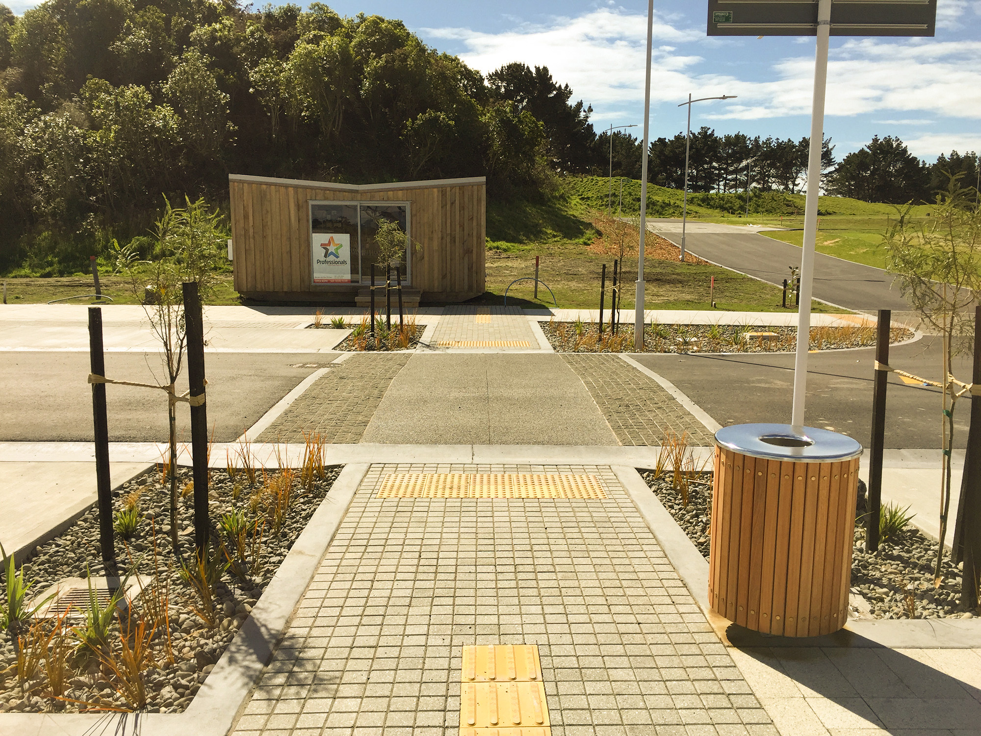 COURTESY CROSSING WITH BLUESTONE SETT RUMBLE STRIPS AND TACTILE PAVERS
