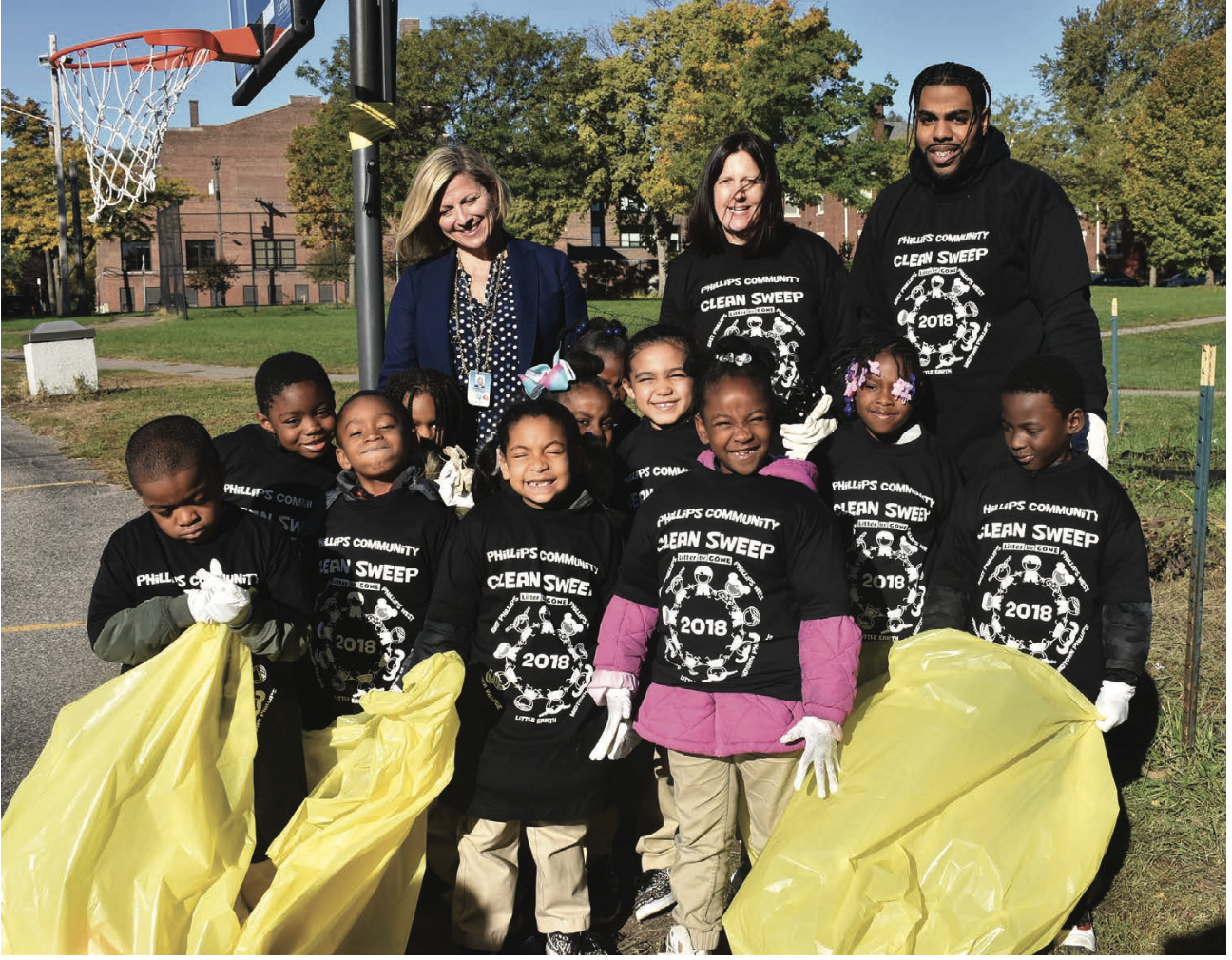 Principal Lindsey joined students and educators from Mrs. Patty Phillips' rst grade classroom as they cleaned up the school's playground.  Photos by Cirien Saadeh