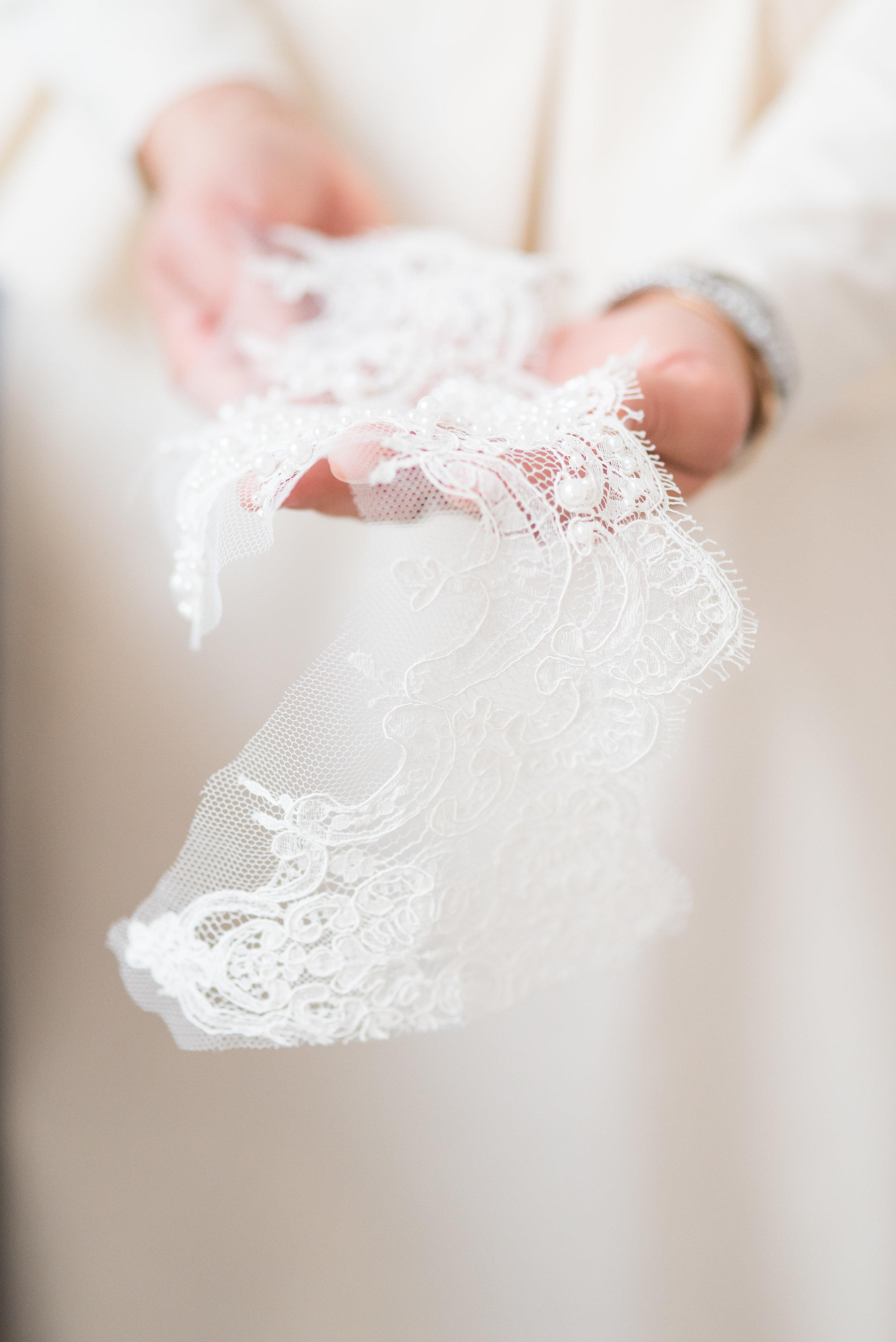 Robe de mariée sur mesure / dentelle / photo Pauline Cantal