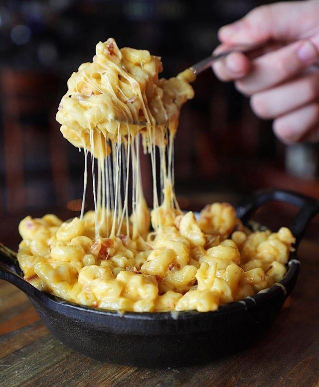 #cheesepulling mac & cheese @109burgerjoint via @thenaughtyfork