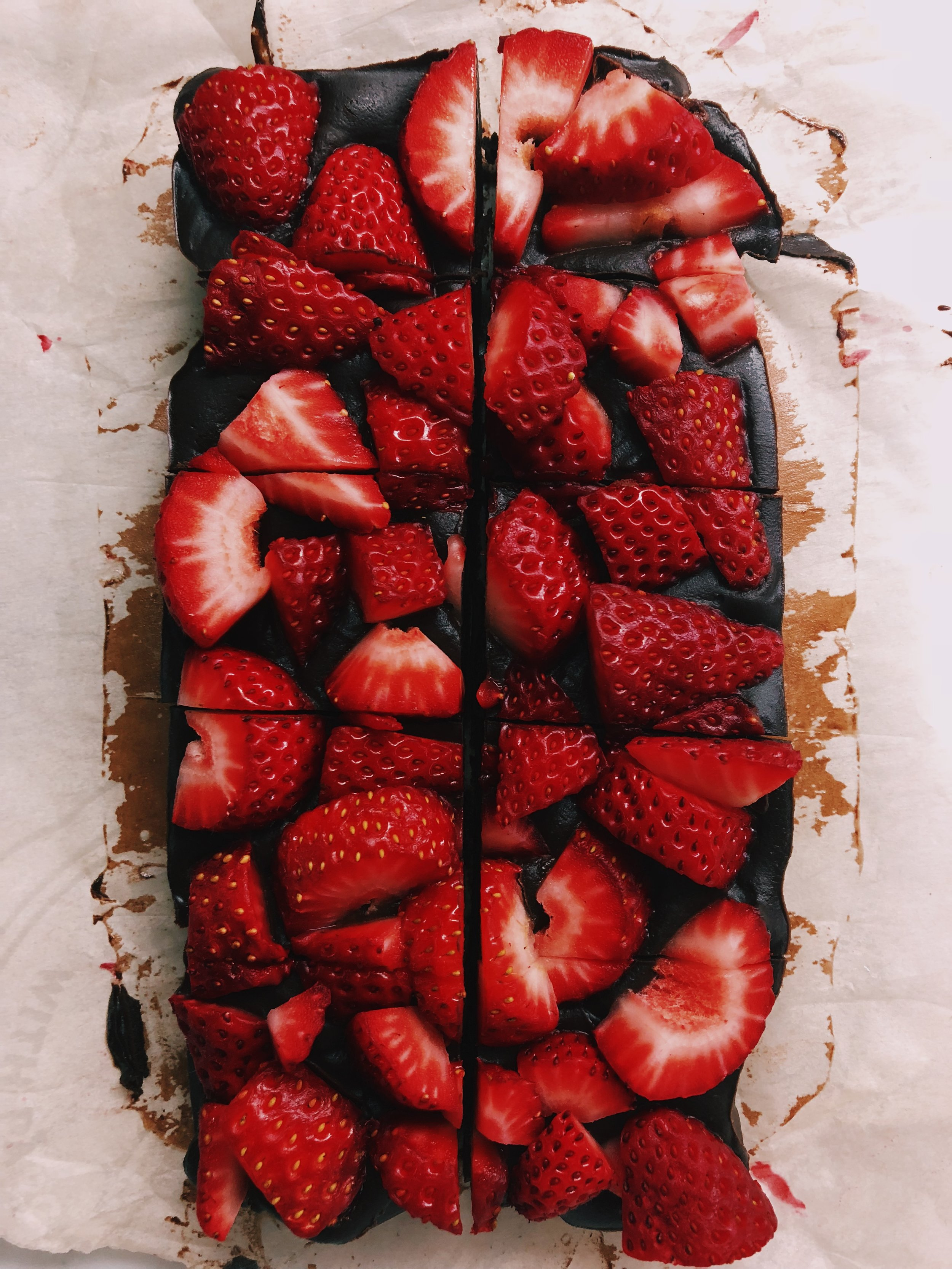 CBD STRAWBERRY PEANUT BUTTER FUDGE - INGREDIENTS⠀1/3 cup coconut oil⠀1/4 tsp salt⠀3/4 cup Santa Barbara Chocolate cacao⠀1/3 cup maple syrup⠀3/4 cup Georgia Grinders creamy peanut butter1/2 tb Cap Beauty Daily
