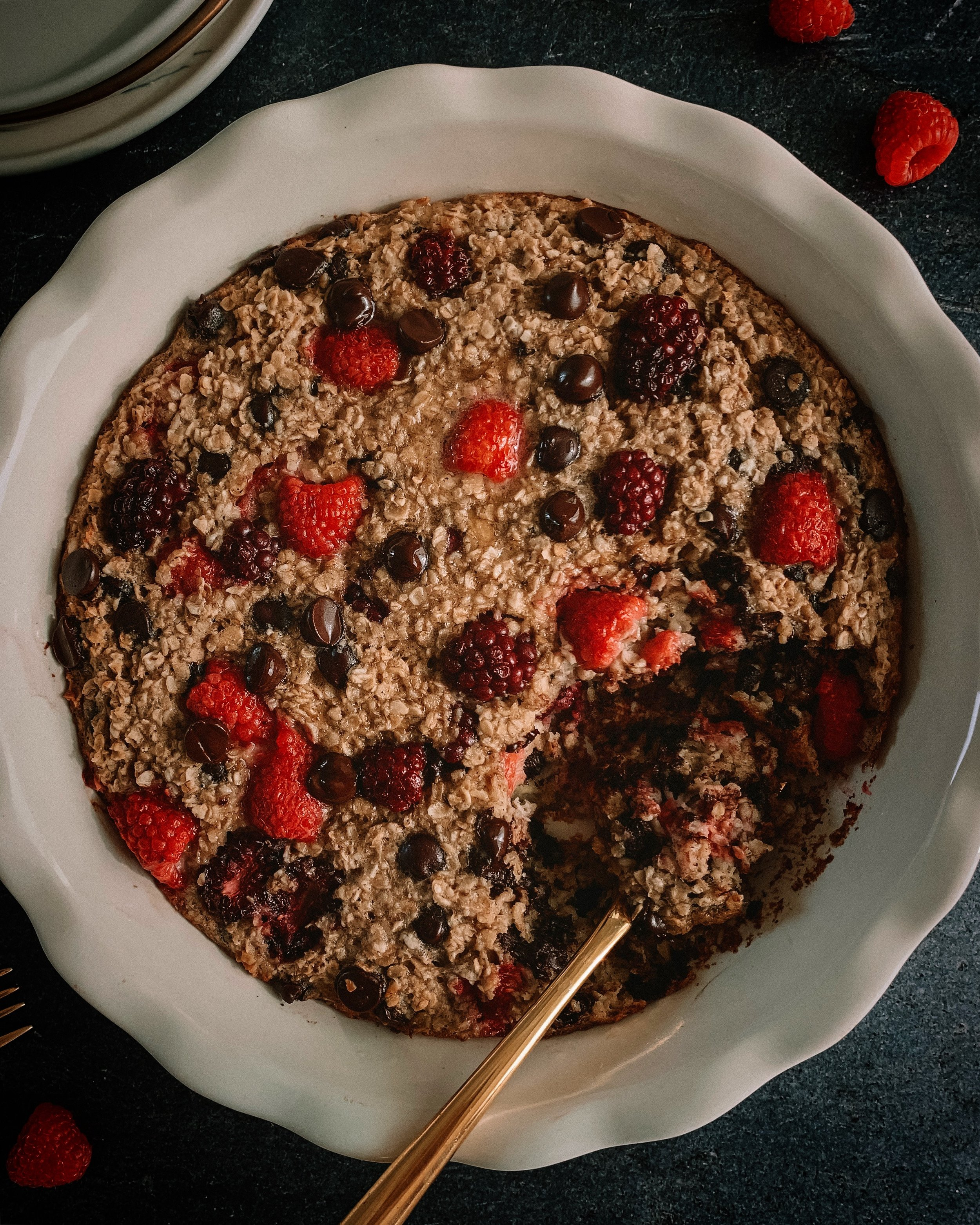MIXED BERRY CHOCOLATE CHIP OATMEAL BAKE - INGREDIENTS2 bananas 1 egg1 1/2 cups gluten free rolled oats1 cup almond milk1/2 cup dairy free chocolate chips3/4 cup mixed berries (I used razzies and blackberries)2 tb melted coconut oil (or butter)1 tsp cinnamon1/4 nutmeg1 tsp vanilla extract2 tsp baking powder