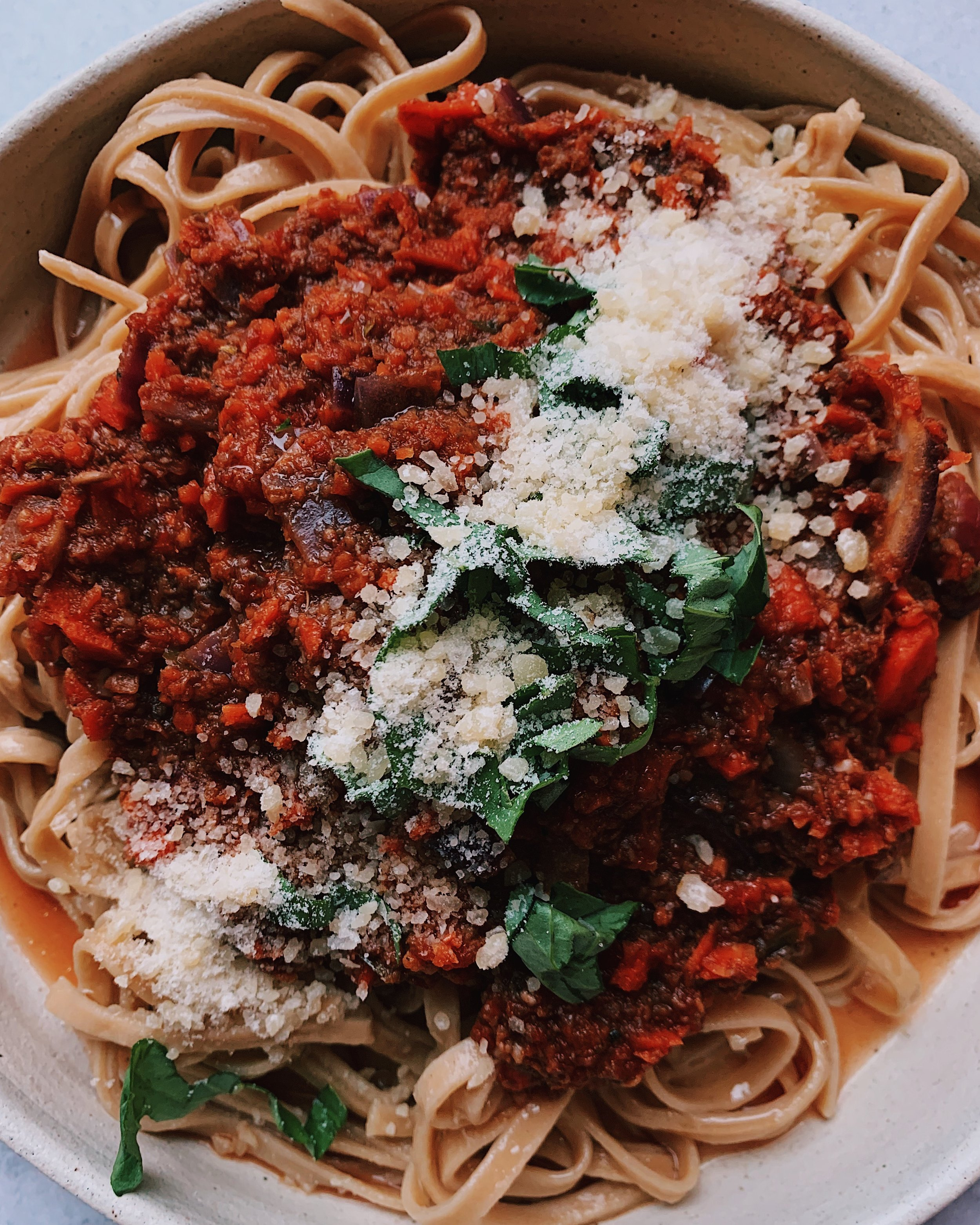 MUSHROOM BOLOGNESE SAUCE - INGREDIENTS1 container white mushrooms⠀3 carrots⠀3 garlic cloves, crushed⠀1 red onion, finely chopped ⠀1 tb olive oil (or oil of choice)2 tb Italian seasoning (or 1 tsp dried basil, 1 tsp oregano)⠀1 jar pasta sauce of choice (I used Raos Homemade)salt/pepper to taste⠀pasta of choice (I used @taste_republic New cauliflower pasta) or zucchini noodles⠀⠀