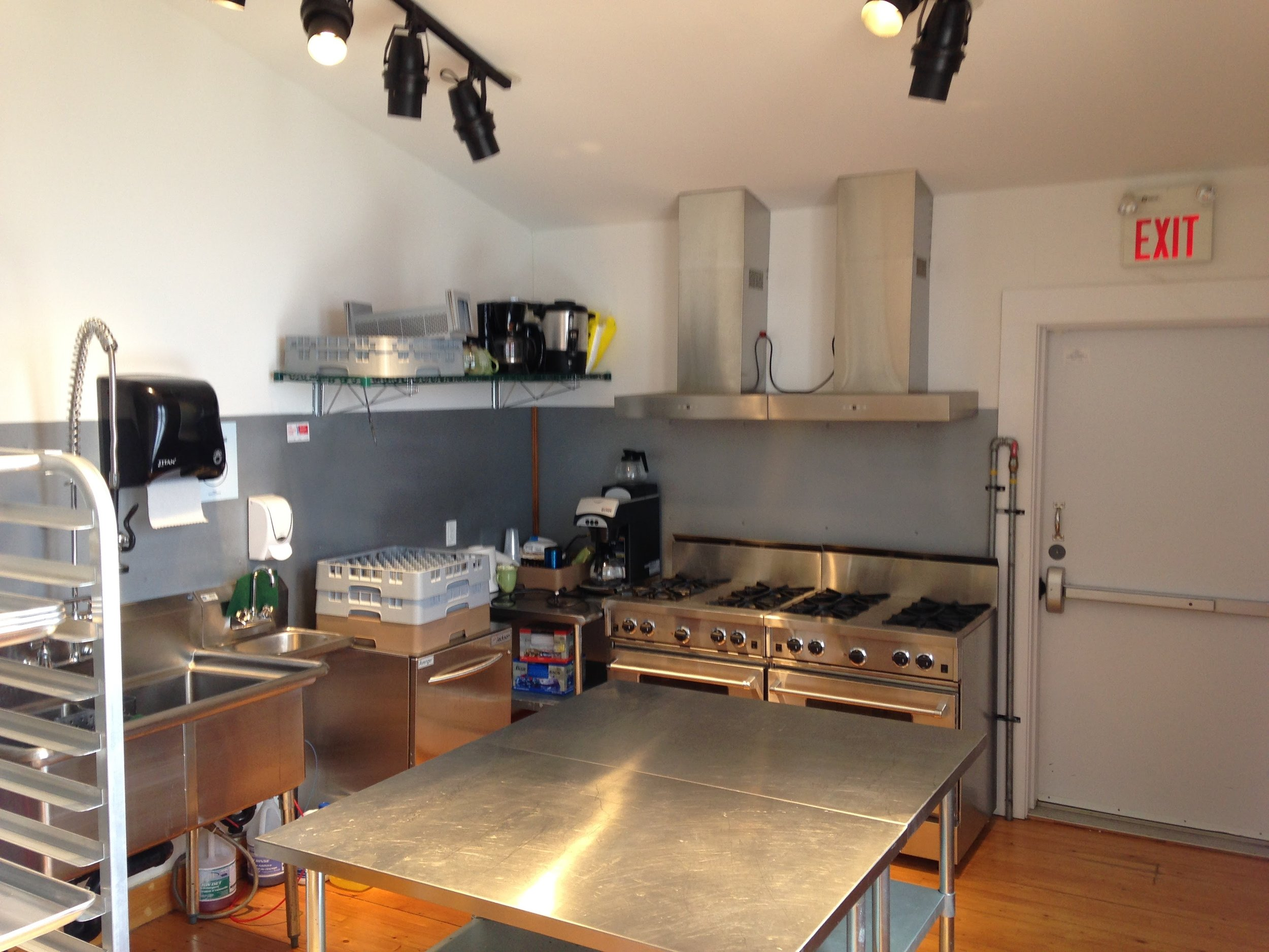Full Kitchen   The kitchen facilities will allow your caterers to work unimpeded, to prepare and serve your guests on time and with no issue.
