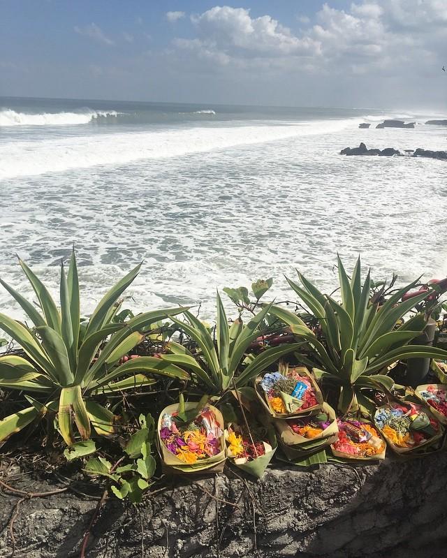 Bali et les offrandes... Merci la mer, Merci la vie🙏 #bali #balilife #luckygirl #enfamille #vacances #ile #travelgram #wishlist #decouvrirensemble #valisesenfamille #belgianblogger #voyager #couleurs #merci
