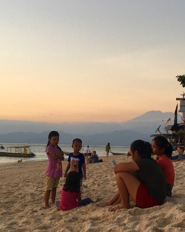 Coucher de soleil avec comme toile de fond le Volcan Mont Agung....Nusa Lembongan quel petit bijou!🏝 #bali #balilife #indonesie #asie #island #travelgram #belgianblogger #family #valisesenfamille #goodtimes #familytimes #sunset