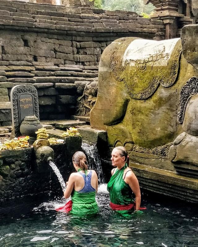 Moment mère-fille à Tirta Empul, Bali💕 #bali #balilife #indonesie #asie #famille #travelgram #familiytime #travel #karma #purification #pure #belgianblogger #valisesenfamille