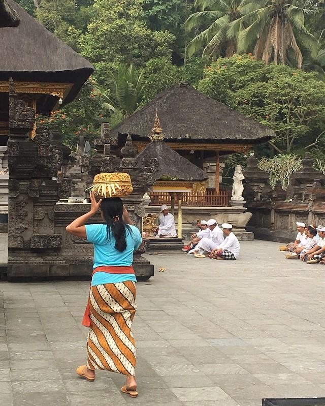 Je pourrais rester des heures à regarder les cérémonies à Bali, quelle sérénité.🙏 #bali #indonesia #island #hindouisme #serenite #temple #tirtaempul #puratirtaempul #decouvrirensemble #valisesenfamille #vacancesenfamille #travelblogger #withmygirls #together