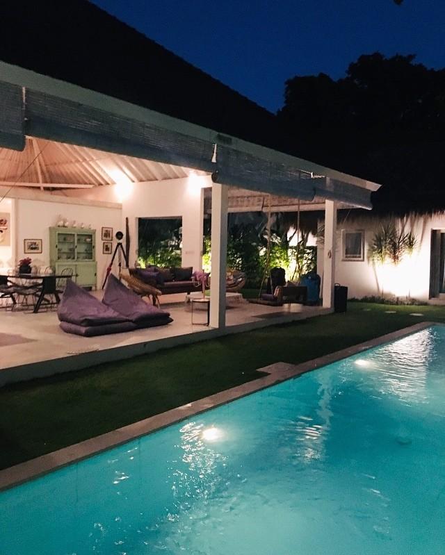 On a adoré notre séjour dans cette belle villa à Bali près de Canggu. Je vais bientôt mettre le lien sur le site. Un salon sans murs c'est magnifique non?! #bali #balilife #airbnb #canggu #indonesia #maisondevacances #travelgram #charme #nature #chill #ile #decorationinterieur #archie #famille #belgianblogger #valisesenfamille #travelblog