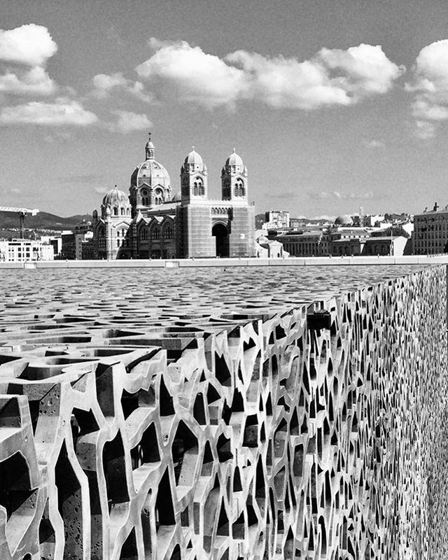 Découverte du MUCEM à Marseille, superbe jeu de formes et de perspectives. Une petite escapade avec les amies, c'est toujours une belle idée! Merci @delphinenimal  #mucem_officiel #marseille #lesud #escapadeentrefilles #architecture #amitie #culture #citytrip #justchil