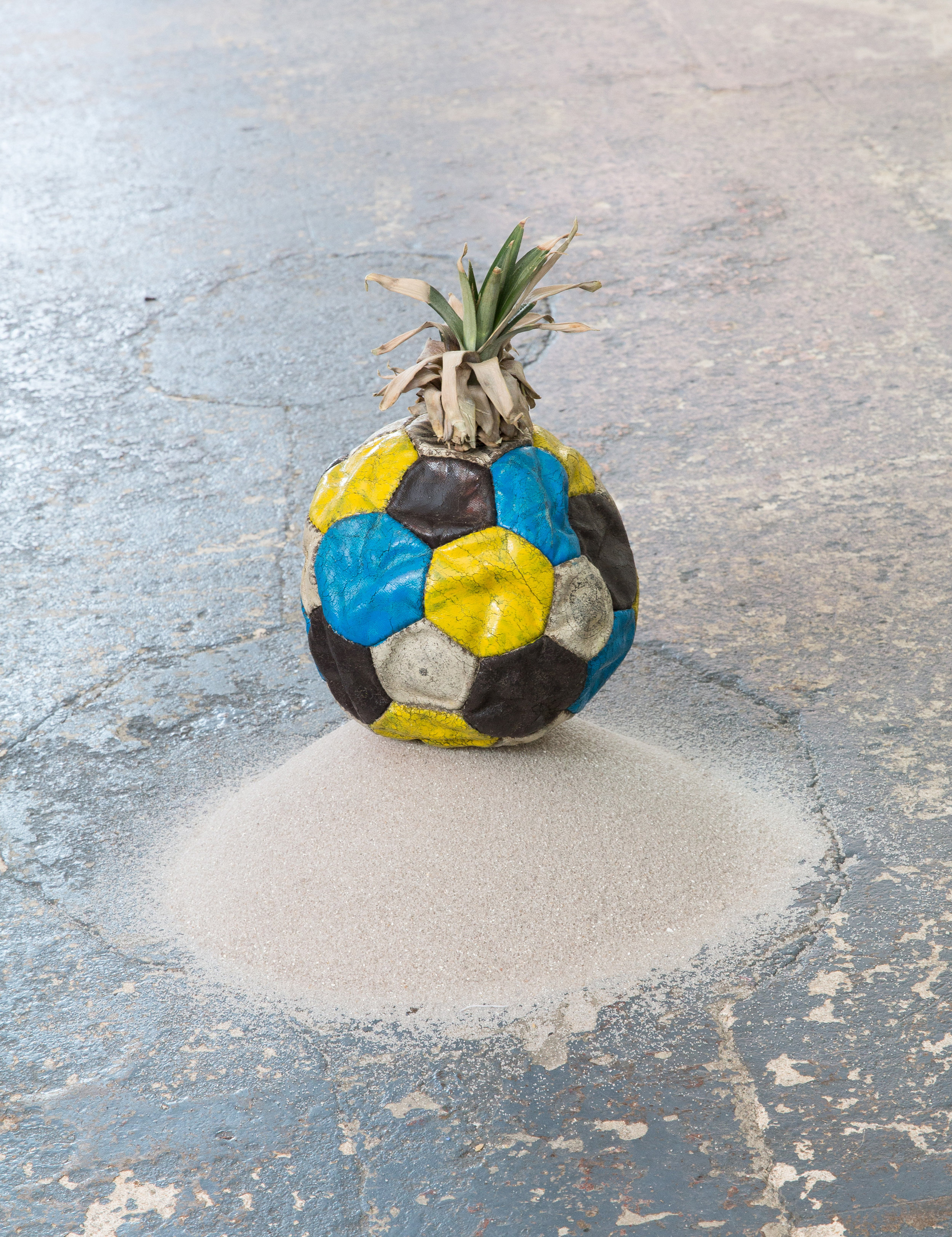 Soccer Ball Disguised as a Pinapple, 2014 Alter Fussball, Farbe, Ananasblätter, Sand ca. 30 x 20 x 20 cm