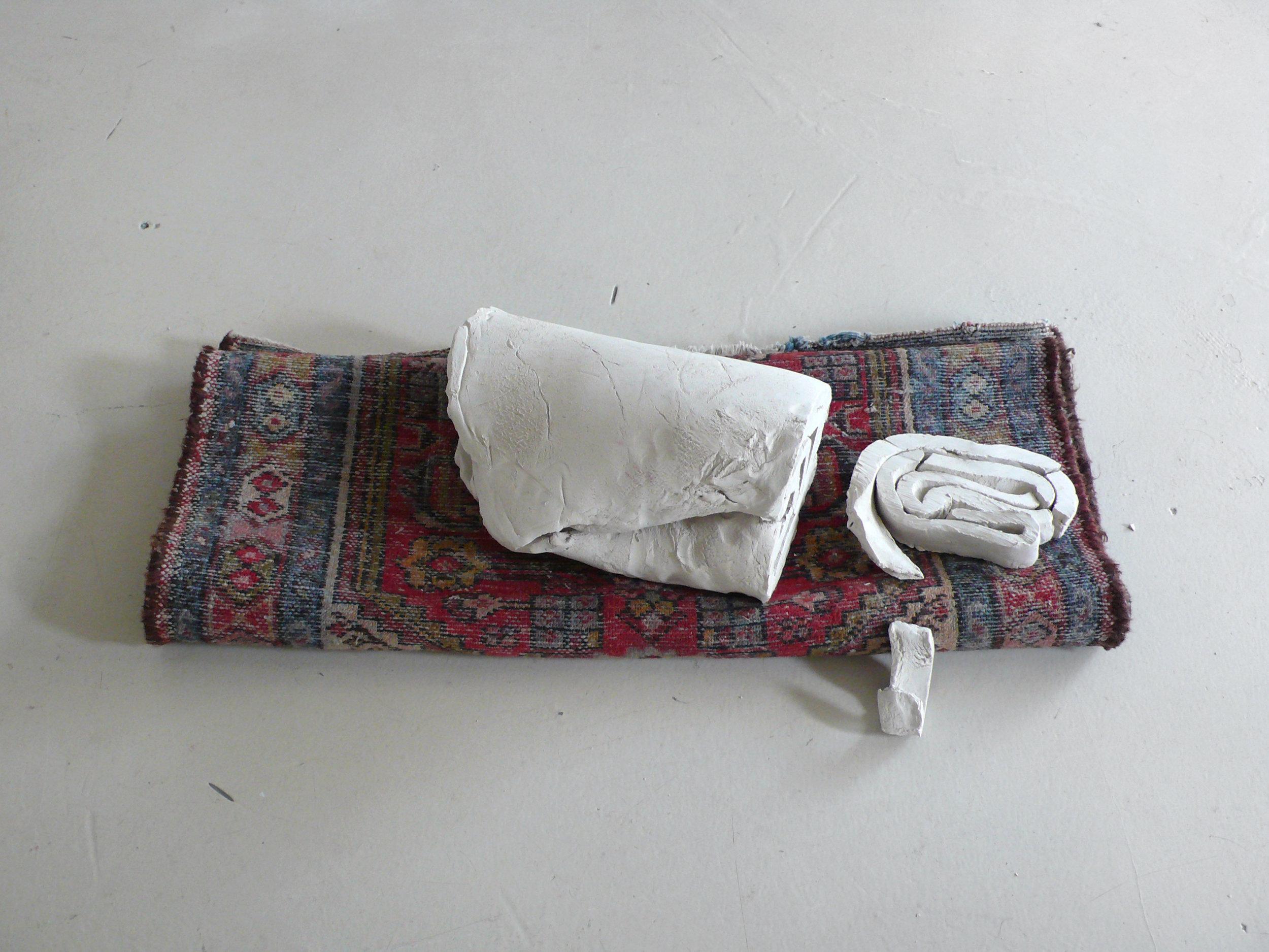 Ohne Titel, 2010 ungebrannter Ton, Teppich ca. 30 x 80 x 30 cm