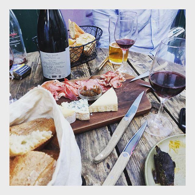 Il fait beau, il fait chaud, on profite des derniers apéros en terrasse 🍷 !! Rien de meilleur qu'une belle planche de charcuterie & fromage, accompagnée d'un confit de folie By Øscar pour un résultat tellement gourmand.  Celle ci vous donne spécialement envie ?? Rendez-vous chez les copains @la.traversee.paris.  #apero #paris #chutney #cheese #gourmet #foodies #bio #terroir #local #enjoy #foodlover #goodfood #foodlover #naturelovers #summervibes