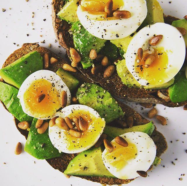 AVOCADO TOAST 🥑🥑 Rien de mieux qu'un délicieux brunch homemade pour un dimanche pluvieux.  Et pour ça, on vous donne notre recette favorite d'avocado toast avec notre chutney d'oignons croquants. Hyper gourmande, saine & très simple à réaliser. . 👉Recette sur le lien dans la bio.  #sunday #brunch #avocadotoast #bio #chutney #homemade #gourmand #healthyfood #inspiration