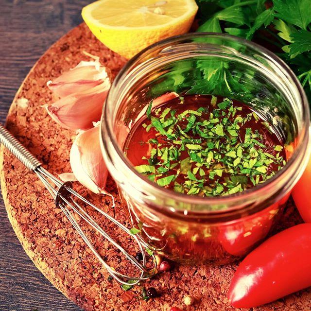 [ NOUVELLE RECETTE EN LIGNE 🍅] Pimpez vos vinaigrettes, sauces & assaisonnements grâce à notre gamme de chutneys, pour full modernité dans tous vos plats 👌 Retrouvez sur notre site notre recette hyper gourmande de vinaigrette revisitée, avec notre chutney de tomates, gingembre & piment d'Espelette 🌶. Une tuerie pour accompagner vos salades, ceviche, carpaccio ou même un poisson blanc.  Enjoy 😊😋 #chutney #inspiration #recette #healthyfood #naturelovers #bio #local #goodfood #terroir #byoscar #sauce
