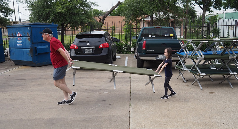 Matt Burnside and his daughter Lucy pitched in for projekt202's volunteer service.
