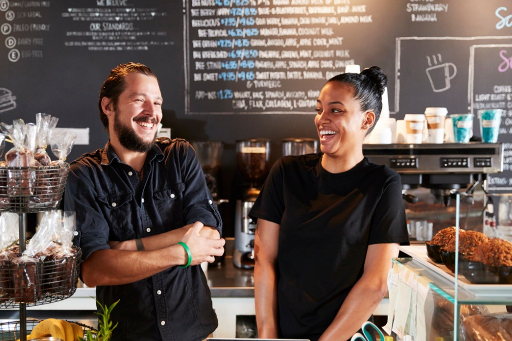 male-and-female-baristas-behind-counter-in-coffee-shop-picture-id900812858.jpg