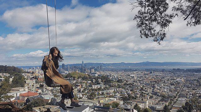 最近舊金山的一個有趣小活動,某個匿名團體在舊金山各處藏了五十個鞦韆分別編上1-50號碼並且不公布地點讓民眾自己一一去發現~👀 我們很幸運,去一個地點就一次搜集到四個鞦韆 #swingbombsf ・・・ Repost @mavishou0329 . #sanfrancisco #igerssf #sf #cityphotography #treesofinstagram #swinging #sfphotography